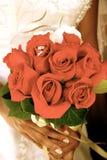 Bouquet nuptiale avec des boucles de mariage Image stock
