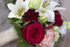 Bouquet nuptiale avec des roses et des lis Photo libre de droits