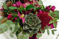 Bouquet nuptiale avec le rouge et les couleurs de Bourgogne Photos stock