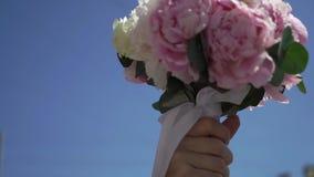 Bouquet nuptiale avec les fleurs roses banque de vidéos
