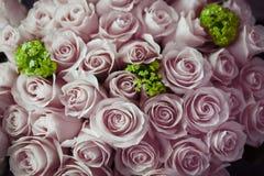 Bouquet nuptiale avec les roses pourpres et les fleurs vertes Photos libres de droits
