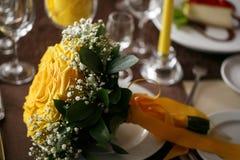 Bouquet nuptiale coloré jour du mariage, accessoires de jeune mariée Photo libre de droits