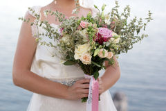 Bouquet nuptiale dans des mains de filles Photo libre de droits