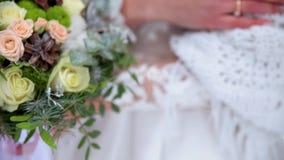 Bouquet nuptiale dans des mains pendant l'hiver banque de vidéos