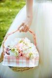 Bouquet nuptiale dans le panier Image libre de droits