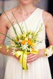 Bouquet nuptiale dans les mains de Photos stock