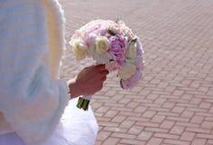 Bouquet nuptiale de couleur rose dans des mains photo stock