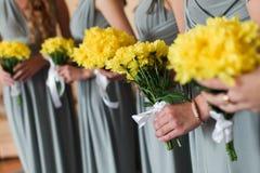 Bouquet nuptiale de fleurs et de jeunes mariées de mariage Image stock