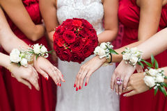 Bouquet nuptiale de fleurs et de jeunes mariées de mariage Images libres de droits