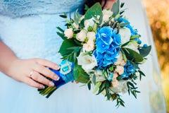 Bouquet nuptiale de luxe dans des couleurs bleues et beiges Photographie stock