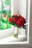 Bouquet nuptiale de luxe fait en roses rouges et pivoine Photo libre de droits