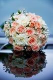Bouquet nuptiale de mariage sur le capot d'une voiture Photographie stock libre de droits