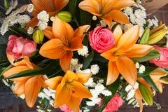 Bouquet nuptiale des lis et des roses à une noce Photographie stock libre de droits