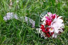 Bouquet nuptiale des lis et des roses à une noce Photos libres de droits