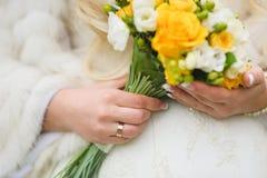 Bouquet nuptiale des roses blanches et jaunes photos libres de droits
