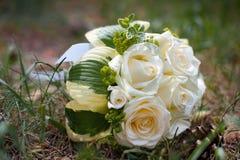 Bouquet nuptiale des roses blanches sur l'herbe Photos libres de droits