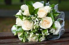 Bouquet nuptiale des roses et des feuilles de vert Photo libre de droits