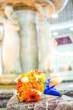 Bouquet nuptiale des roses et des gerberas sur le fond de fontaine Image stock