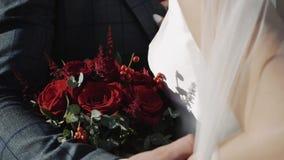 Bouquet nuptiale des roses rouges banque de vidéos