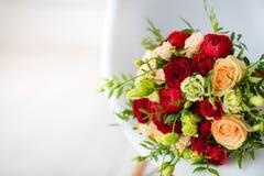 Bouquet nuptiale des roses rouges, avec les rubans rouges de satin Images stock