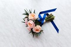 Bouquet nuptiale en pastel des roses roses sur le filon-couche de fenêtre Photos libres de droits