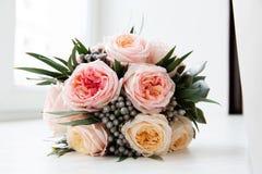 Bouquet nuptiale en pastel des roses roses sur le filon-couche de fenêtre Photo libre de droits
