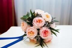 Bouquet nuptiale en pastel des roses roses sur le filon-couche de fenêtre Image libre de droits