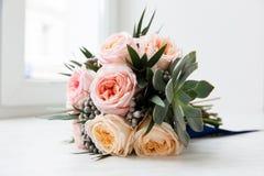 Bouquet nuptiale en pastel des roses roses sur le filon-couche de fenêtre Photographie stock libre de droits