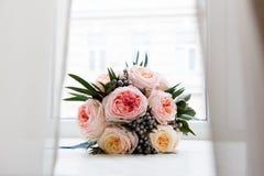 Bouquet nuptiale en pastel des roses roses sur le filon-couche de fenêtre Photographie stock