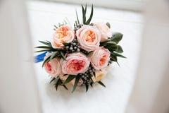 Bouquet nuptiale en pastel des roses roses sur le filon-couche de fenêtre Image stock