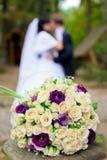 Bouquet nuptiale et les couples images libres de droits