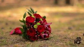 Bouquet nuptiale fait de roses rouges banque de vidéos