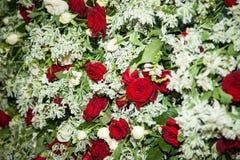 Bouquet nuptiale Le ` s de jeune mariée Beau des fleurs blanches et de la verdure, décoré du ruban en soie, se trouve sur le vint photographie stock libre de droits