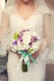 Bouquet nuptiale pourpre dans les mains de Images libres de droits