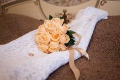 Bouquet nuptiale rose sur la robe 2 Photographie stock