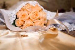Bouquet nuptiale rose sur la robe Image libre de droits