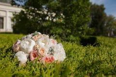 Bouquet nuptiale se trouvant sur le vert Image libre de droits