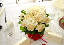Bouquet nuptiale sur la table Photos stock