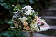 Bouquet nuptiale sur une table images libres de droits