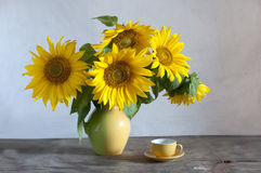 Free Bouquet Of Beautiful Sunflowers In A Vase Stock Photo - 93028480