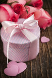 Bouquet of pink roses and gift box Royalty Free Stock Photos