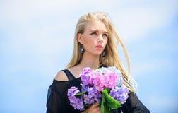 Bouquet pour l'amie Industrie de mode et de beauté Célébrez le ressort Le mannequin de fille portent des fleurs d'hortensia images libres de droits