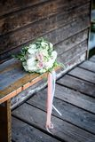 Bouquet pour la jeune mariée des roses roses et des zantedeschias blancs, photos stock