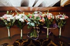 bouquet pour la jeune mariée et ses demoiselles d'honneur Photo stock