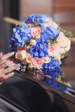 Bouquet pour la jeune mariée une belle conception de différentes fleurs Photo stock