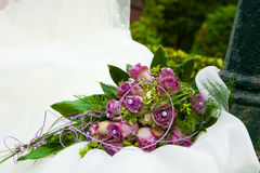 Bouquet pourpre sur la robe blanche Photo stock