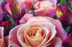 Bouquet romantique des roses et de l'alstroemeria Photo libre de droits