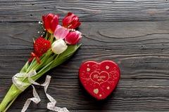Bouquet romantique des tulipes et de la boîte avec des sucreries Photos libres de droits