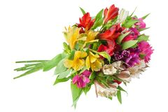 Bouquet rond d'alstroemeria de fleurs multicolores de lis sur le plan rapproch? d'isolement par fond blanc images libres de droits