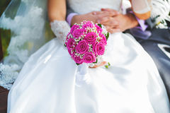 Bouquet rose de mariage dans des mains de la jeune mariée images libres de droits